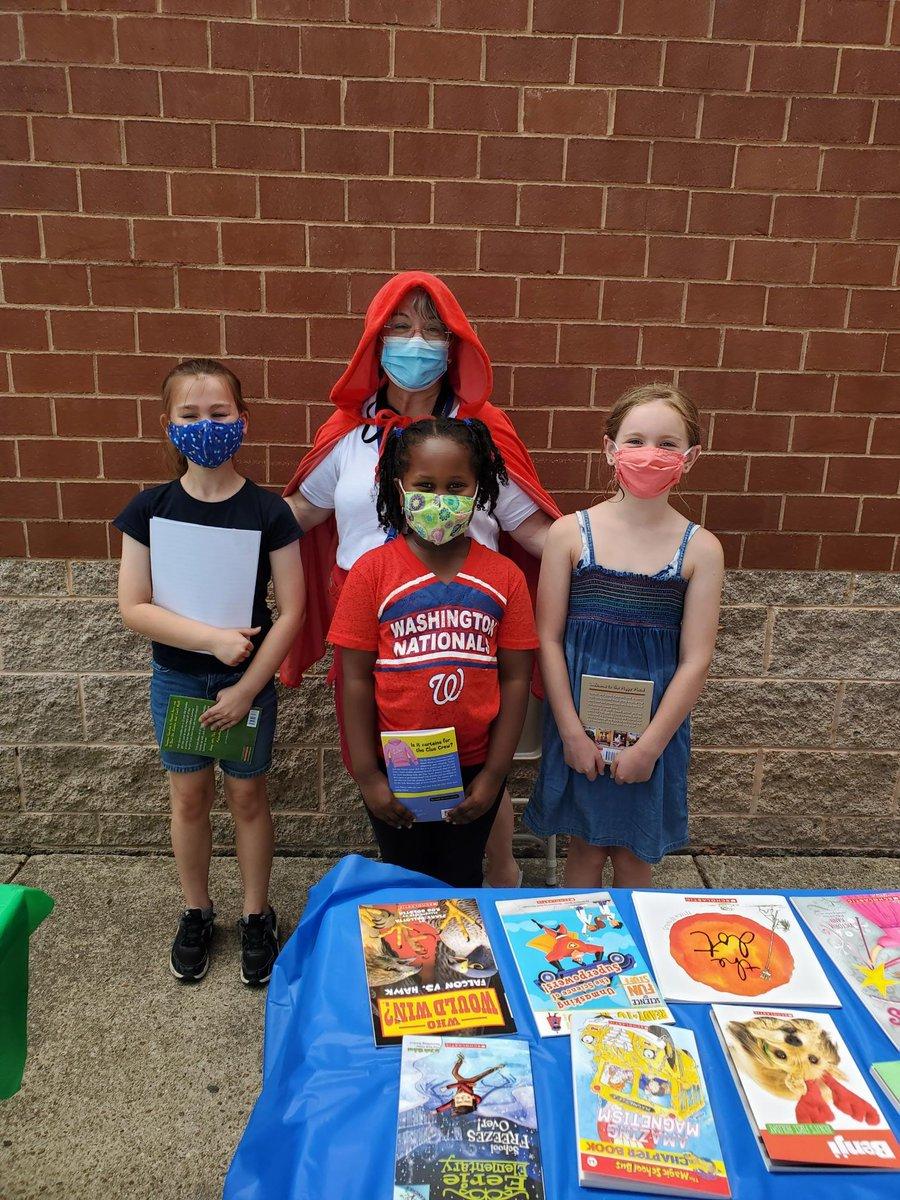 درو مكتبة MrsBlackatDrew نشر حب القراءة مع سلة من الكتب، في الوقت المناسب لفصل الصيف. شكرًا لـ DSTNoVAC على إهداء طلابنا بالكتبAPSدرو '>@APSDrew <a target='_blank' href='http://twitter.com/APSفيرجينيا> @APSفرجينيا GravesKimberley APTracyG DrewPTA https://t.co/wJCAKF9oP8