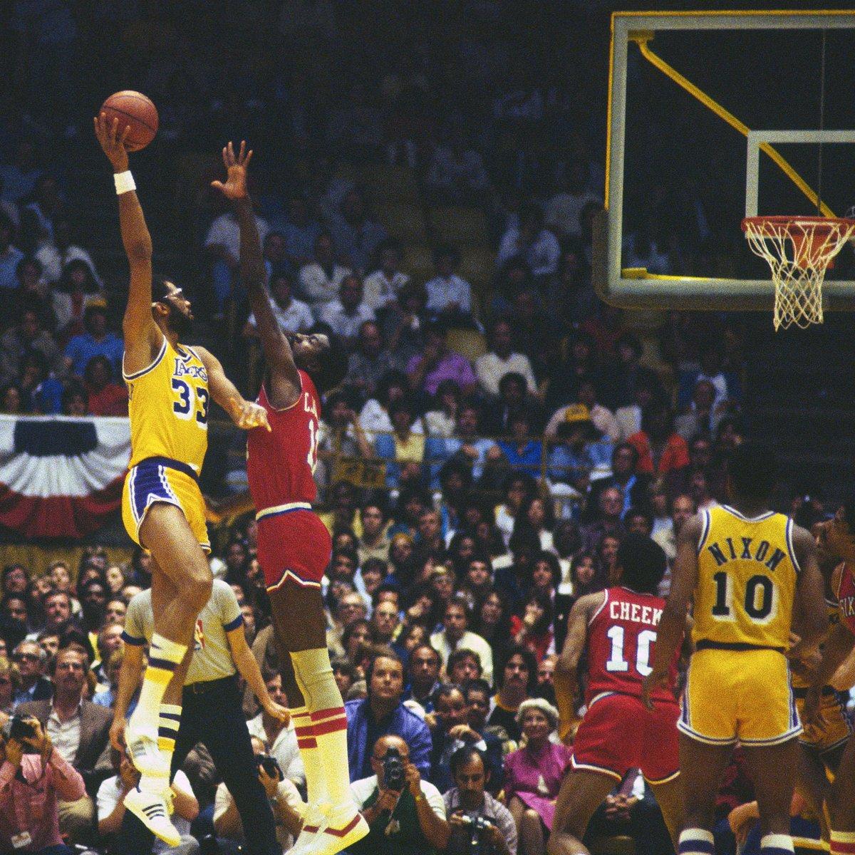 Pense numa imagem CLÁSSICA: há exatos 39 anos, os Lakers conquistavam o 8º título da franquia e @kaj33 nos presenteava com seu icônico gancho! #NBAHistory #OTD #NBAVault https://t.co/Kg4mYk14ps