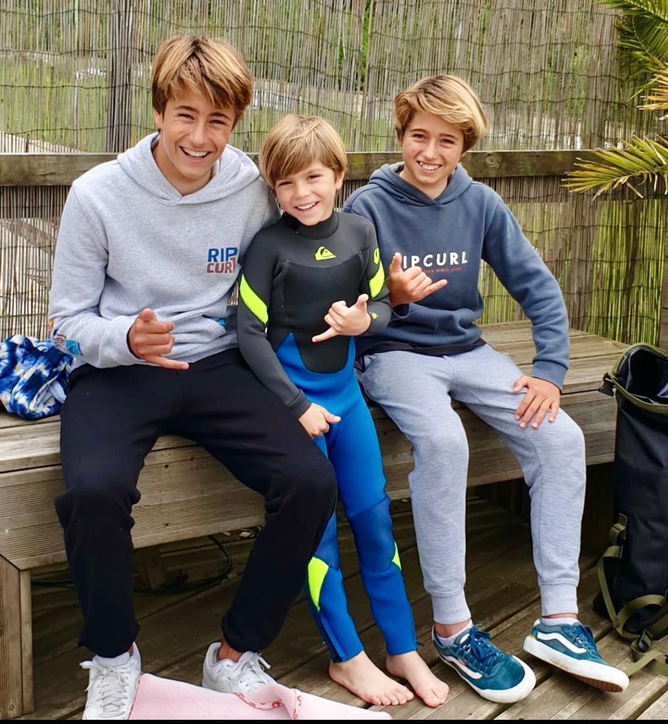 Sasha con sus amigos y profes Kai y Hans después de su primera lección de surf!  #DiaMundialdelosOceanos https://t.co/meHQZOLxJ6