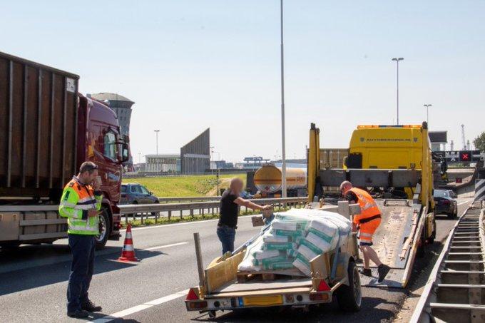 Aanhanger verliest wiel bij Beneluxtunnel https://t.co/mhZtZ8DeSU https://t.co/9I332NGixc