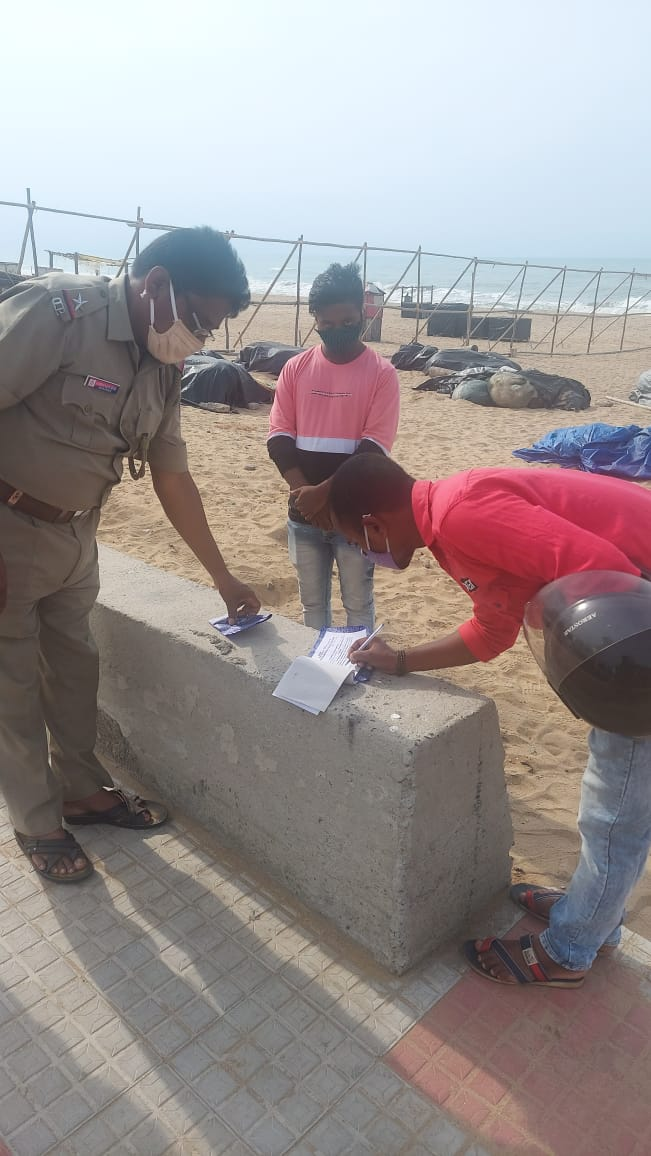 Defaulters at Sea Beach, being taken to task.  Don't be a defaulter. Be a proud citizen with valuable contribution in fighting Covid.  Follow all Government instructions and guidelines. @odisha_police @CMO_Odisha @Puri_Official @MoSarkar5T https://t.co/9zCZFG4h7x