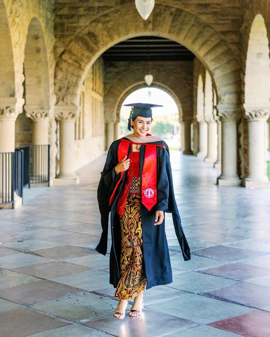 Maudy Ayunda lulus S2 dari Standford University.