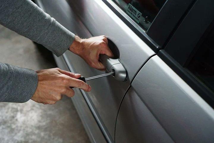 Fik du tømt bilen for værdier, da du låste og forlod den? Du kan nemlig risikere at få uønsket besøg af en langfingret, hvis der ligger synlige ting og 'frister'. Tøm derfor bilen, før tyven gør det, så du ikke skal bøvle med en smadret rude, forsikring mv. bagefter #politidk https://t.co/DfVqyXBDVs