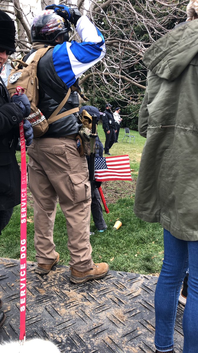 Scrolling through old Jan. 6 fotos and came across this one with a Trump supporter armed with a baton. https://t.co/wNogjCXhff
