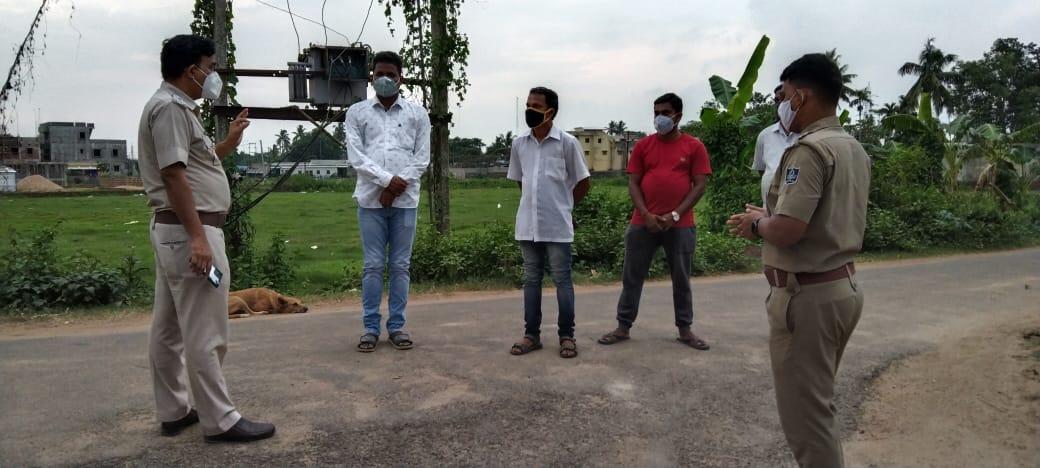 𝐏𝐚𝐫𝐭𝐢𝐜𝐢𝐩𝐚𝐭𝐨𝐫𝐲 𝐑𝐮𝐫𝐚𝐥 𝐀𝐫𝐞𝐚 𝐄𝐧𝐟𝐨𝐫𝐜𝐞𝐦𝐞𝐧𝐭 - IIC Pipli PS Interacting with Sri Bijay Kumar Dash, Sarpanch PubaSasan GP & ward members and appealing for joint efforts in ensuring Covid Compliance. @odisha_police @CMO_Odisha @MoSarkar5T @Puri_Official https://t.co/2CDQdJIKGh