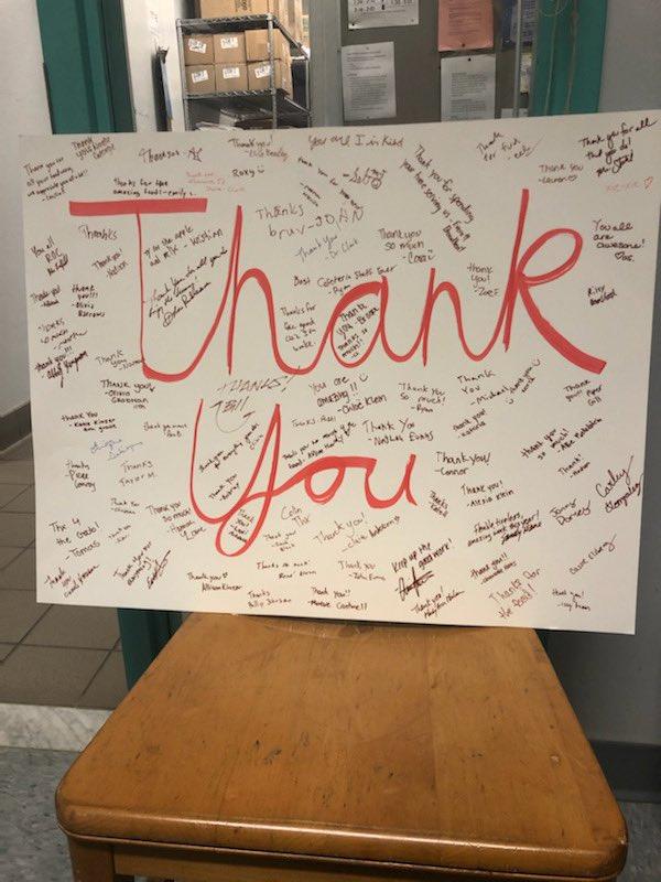 Так мило! Студенты @YorktownHS поблагодарили сотрудников нашего кафетерия!APSВирджиния '> @APSВирджиния https://t.co/jHbpxXfa5b
