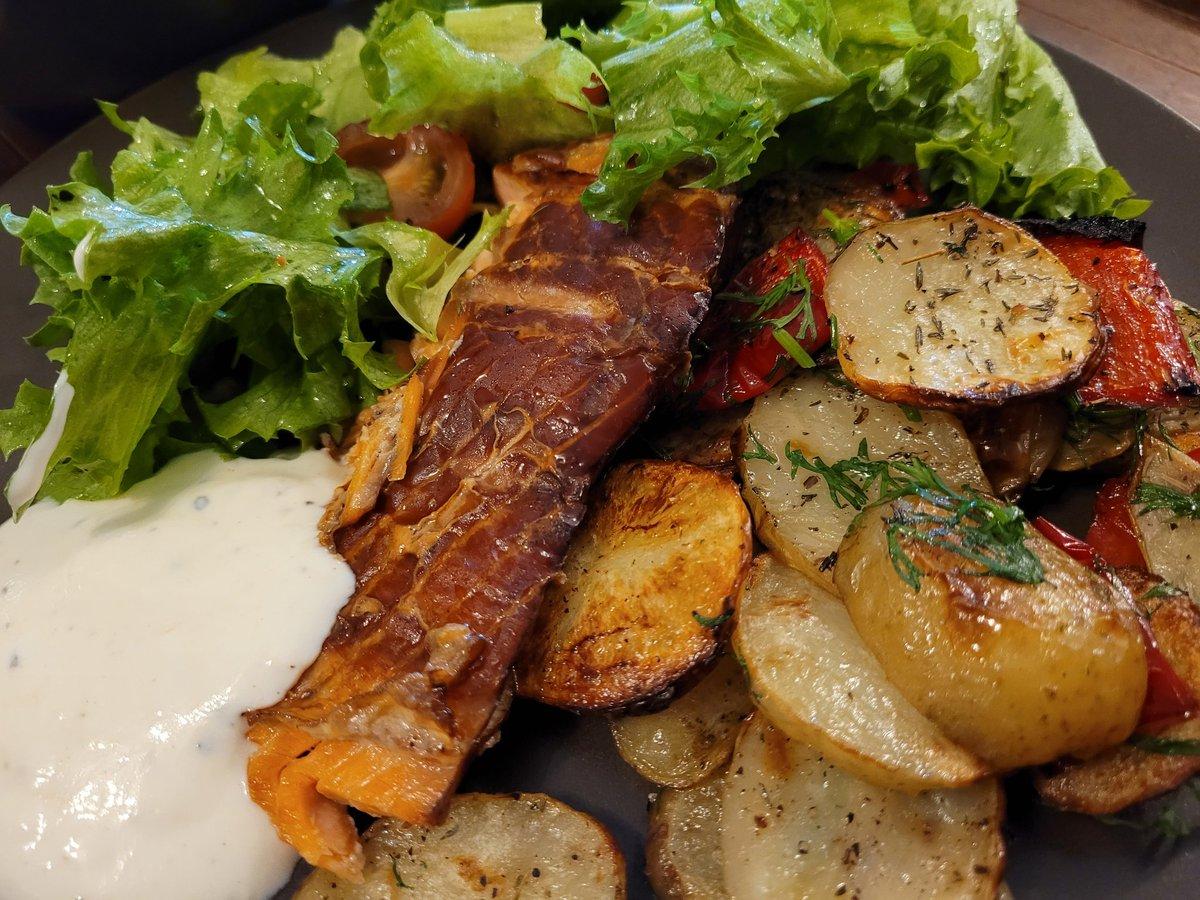 Tuli taas aika hyvännäköinen setti nenän eteen 😋 Tämä on ollut hyvä #ruokaboksi-viikko! Lämminsavustettua lohta, paahdettuja tilliperunoita ja salaattia. #ruokatwiitti https://t.co/R2Pb6vngVp