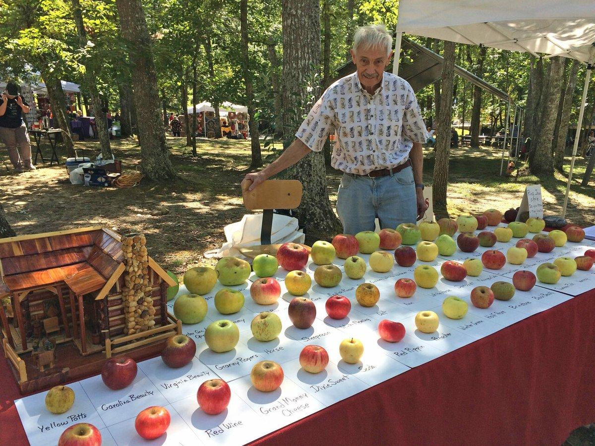元エンジニアのトム・ブラウンさん。古い果樹園で絶滅寸前のリンゴに出会い、それが食べたことがない味だったことから「50年も100年も、誰も味わったことのないリンゴを見つけたら、どんなに素敵だろう?」と感じたことがきっかけで、25年にわたり1000種類以上もの絶滅品種を救った「アップルハンター」