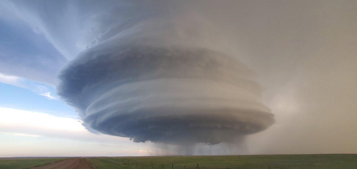 Magnifique #supercellule il y a quelques heures, près de #Hays dans le #Montana. #mtwx #supercell