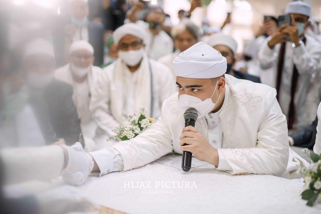 Ameer Azzikra saat mengucapkan ijab dan kabul.