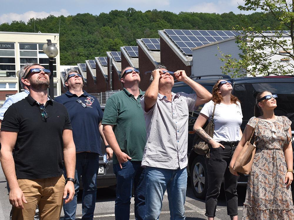 """Eigentlich geht es bei uns heute um #Produktmanagement und Gewährleistung für #Kaufleute. Aber unsere #Seminarteilnehmer nutzen die #Mittagspause um die partielle #Sonnenfinsternis zu beobachten 😎☀️ #Fachkräftemangel #Sonne #Sun #NaturePhotography #Weiterbildung <a href=\""""https://t.co/zqH4WrNXmK\"""" class=\""""link-tweet\"""" target=\""""_blank\"""">https://t.co/zqH4WrNXmK</a>"""