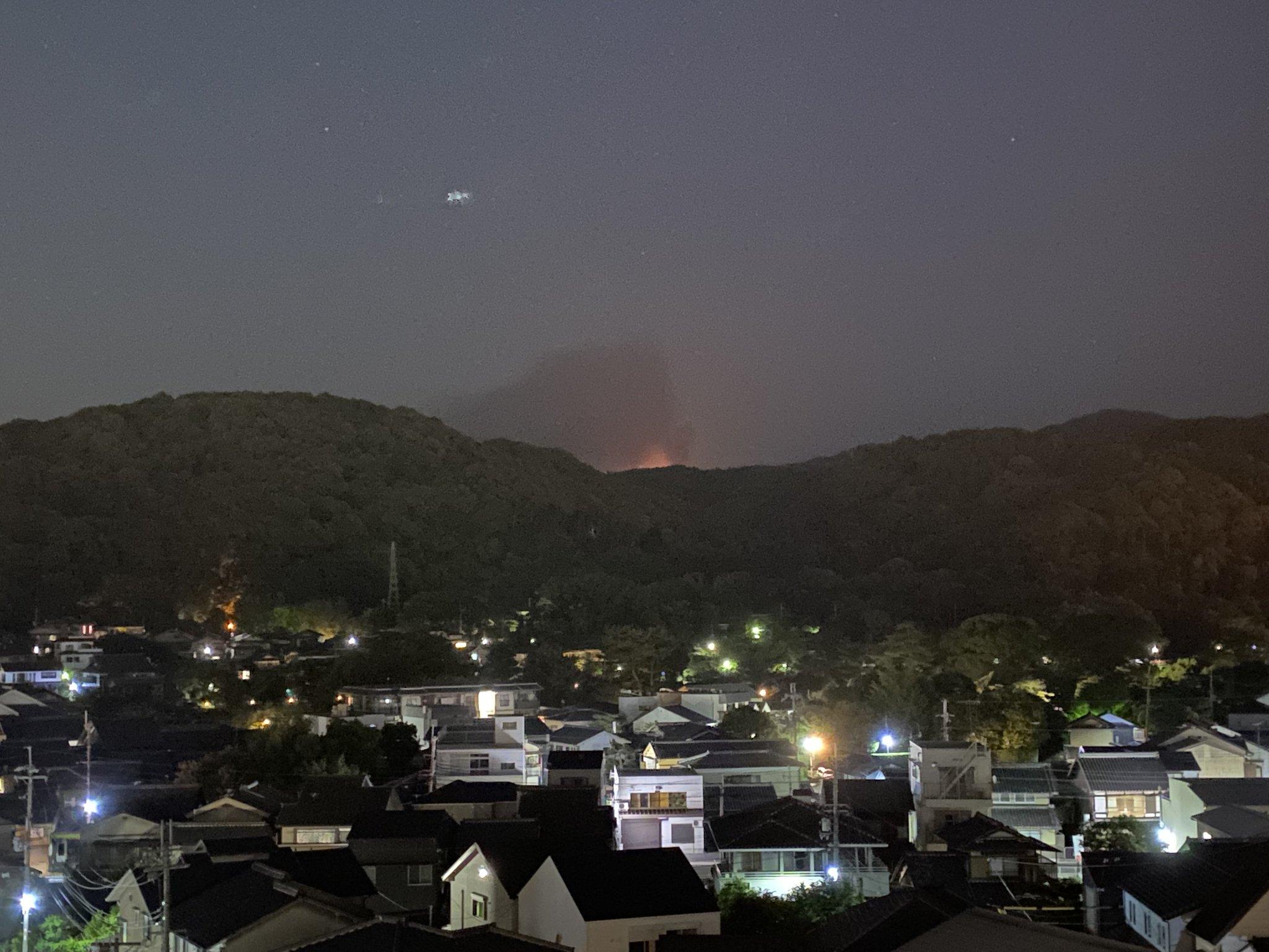画像,宇治のどこかが山火事のようで、山の向こうが赤く光ってるし消防車が山のように走ってる。 https://t.co/SwnOCtEumP…