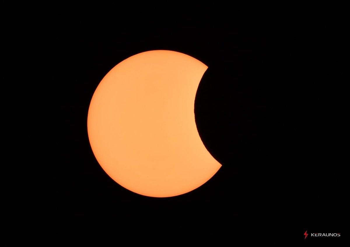 Eclipse solaire annulaire capturée ce jour, à son maximum à #Lille, à 12h16. #Eclipse2021 #EclipseSolaire #EclipseSolar