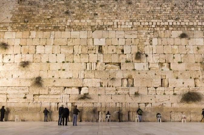 هل تعلمون أن حائط المبكى في أورشليم هو الحائط الوحيد الباقي من الهيكل الثاني حتى يومنا هذا؟سُمي باسم…