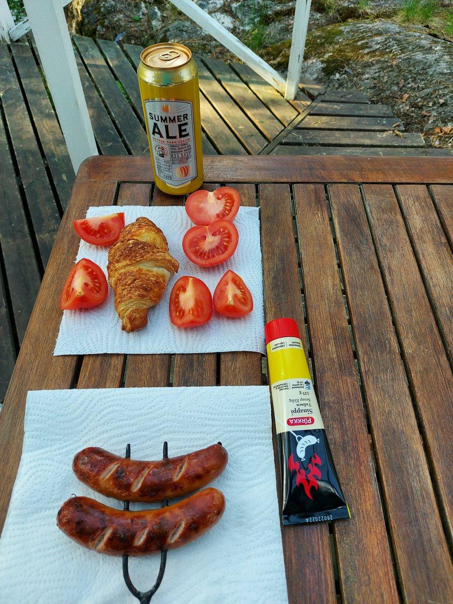 Nyt on kovan luokan saunaherkku. Mökkisaunan kiukaan pesässä grillattu juustoinen Kabanossi, kinkkucroissant, tomaattia ja olut. #ruokatwiitti https://t.co/wihDbelkSK