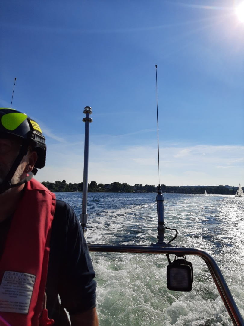 Vi er i øjeblikket på Svendborg Sund. Vi har sigtet flere førere af både jetski og speedbåde for at for forseelser. Vi har dronen med, så vi kan se fartsyndere til søs, uden at de kan se os. Pas på jer selv og hinanden - også på vandet. https://t.co/0TbnM1kuo3