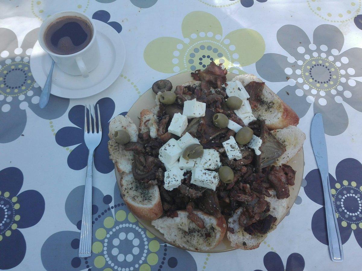 Perjantain välimerellinen mättölautanen. Maustevoipatonkia, gyroslihaa, paistettuja sieniä, paahdettua sipulia, fetaa ja oliiveja. Juomana kreikkalainen kahvi tuplana. En tiedä miten tästä selviän. #ruokatwiitti https://t.co/L4JOtMVC6J