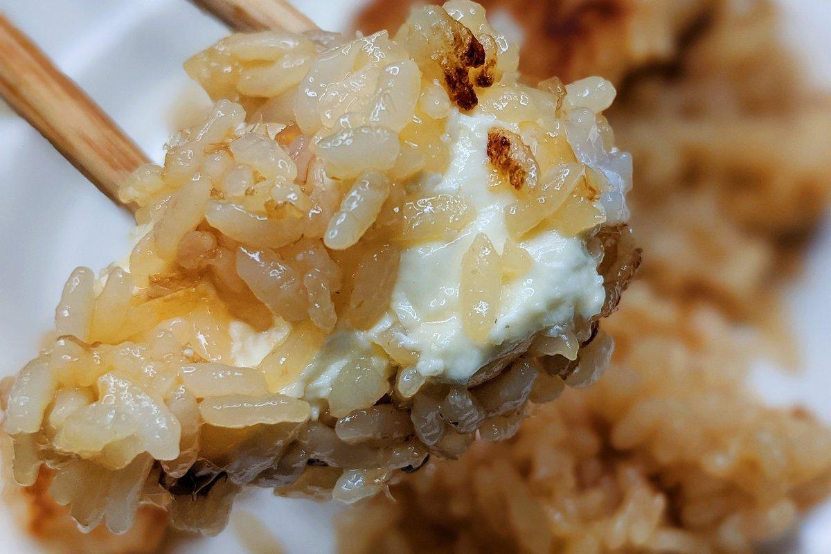 醤油の香ばしさとクリームチーズがすごく合う。おかかチーズ焼きおにぎり。