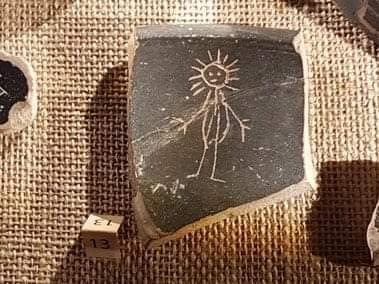 Oppidum d'#Enserune , sur un ostraca (tesson de poterie),  ce petit #graffiti d'enfant (?)  #romain datant de la fin du II e siècle avant JC, contemporain de la fondation de #Narbonne par les romains . Pour vous souhaiter une belle journée ensoleillée!  #twitterAntique https://t.co/bZNkmllDVz