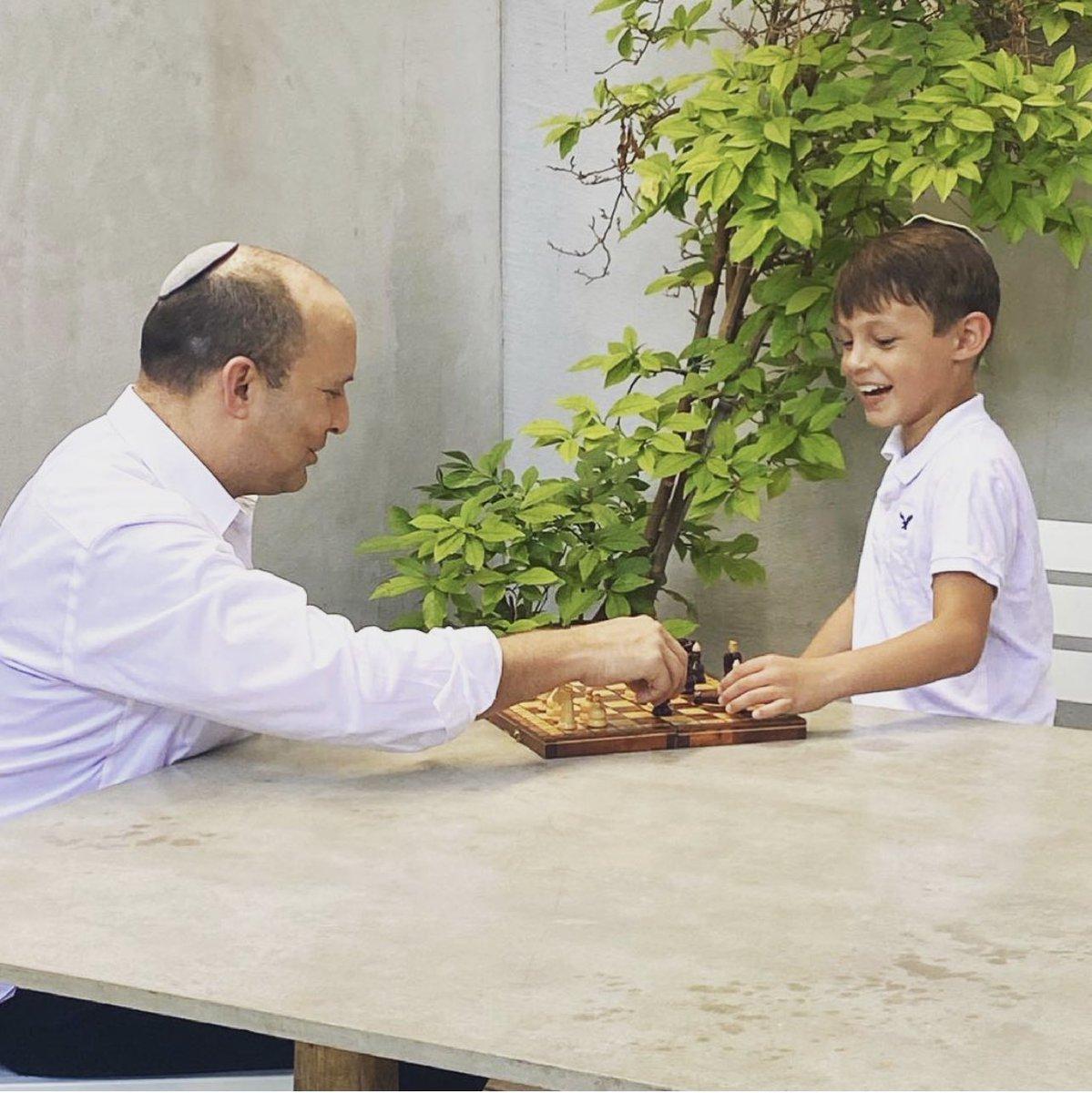 De aanstaande premier van Israël, @naftalibennett, schakend met zijn zoontje. https://t.co/52X0DJ6U1T