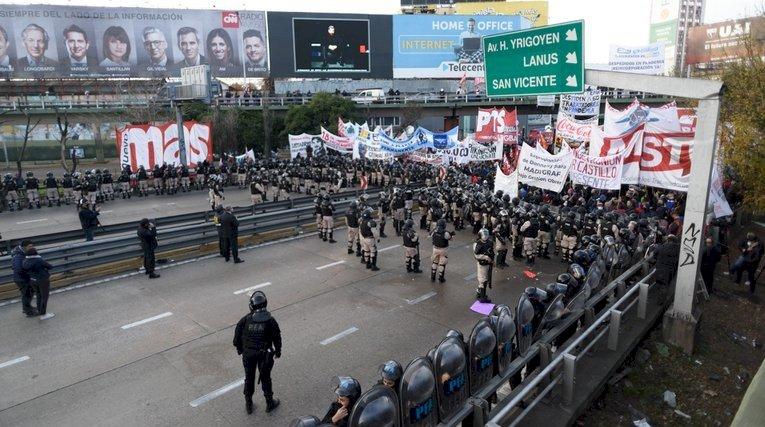 Incidentes en el Puente Pueyrredón entre trabajadores y la Prefectura