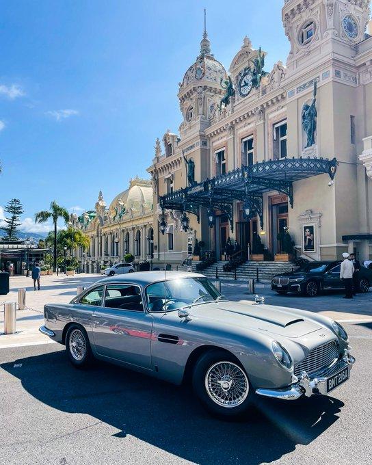 Iconic car. Iconic location. 📸…