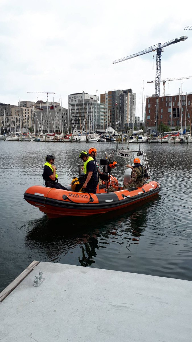 Fredag + solskin = en tur på vandet. Vores maritime betjente har sat kursen fra Aarhus Havn. De tjekker blandt andet, om færdselsreglerne på vandet bliver overholdt. Skal du ud på vandscooter, så får du lige en tjekliste, du kan gå igennem: https://t.co/vSbwzlv7RL #politidk https://t.co/9xjmP9yLUR