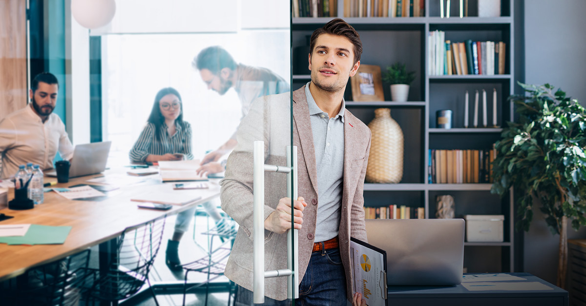 Employees crave more flexibility, but how can it affect your #WorkplaceStrategy? This checklist outlines steps #CFOs and other leaders should take when implementing a #hybrid workplace model to support in-office and remote employees and your bottom-line: https://t.co/wGDRqeqOtJ https://t.co/Rao4f6rjwD