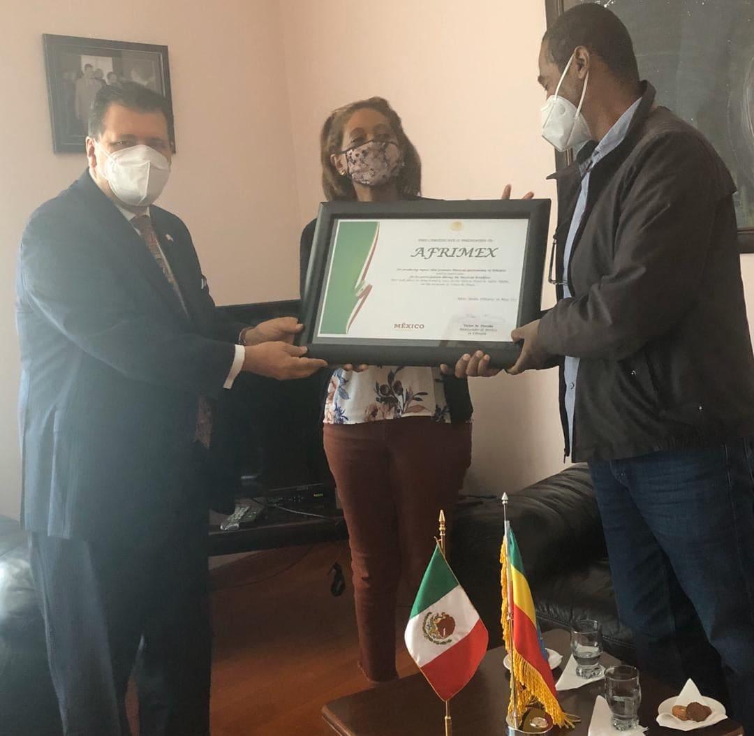 Muy grato reunirme con los hermanos Duni y Abiy Araya-Selassie dueños de la compañía #Afrimex, empresa que produce tortillas y totopos de #maíz en #Etiopía. Nos apoyaron en la conmemoración del #CincodeMayo e importarán pronto desde #México su tercera máquina tortilladora 🇪🇹🤝🇲🇽 https://t.co/oBneb0WSqe