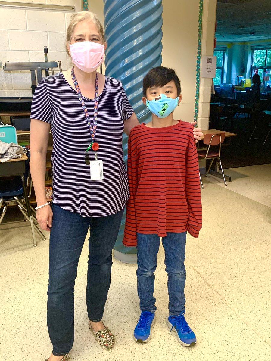 Учитель @ 3rdgradetigers , миссис Хейдиг и ее ученица Хой, сегодня были близнецами в полосатых рубашках и синих джинсах 👖 Разве они не милые? @APSVirginia @TaylorPTAtalk @ilovearlingtonv @AnnHeidig https://t.co/pPL3SnZdFr