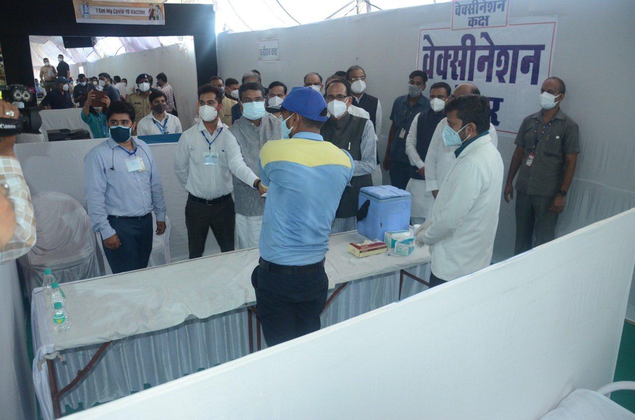 पेट्रोलियम मंत्री धर्मेंद्र प्रधान और मध्य प्रदेश के मुख्यमंत्री शिवराज सिंह चौहान ने सागर जिले के बीना में 200 ऑक्सीजन युक्त बिस्तरों वाले कोविड अस्पताल का उद्घाटन किया