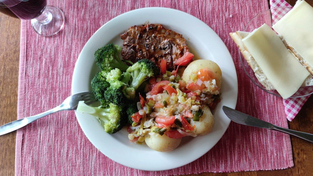 #ruokatwiitti Porsaan kasler grillissä ja uusia perunoita. Uutta sipulisulppua haudutin kattilassa voissa ja lopuksi lisäsin tomaattipaloja. Tietenkin parsakaalia. Viini sama. Maistui ja siirtyi. https://t.co/hF1RMBO3Q3
