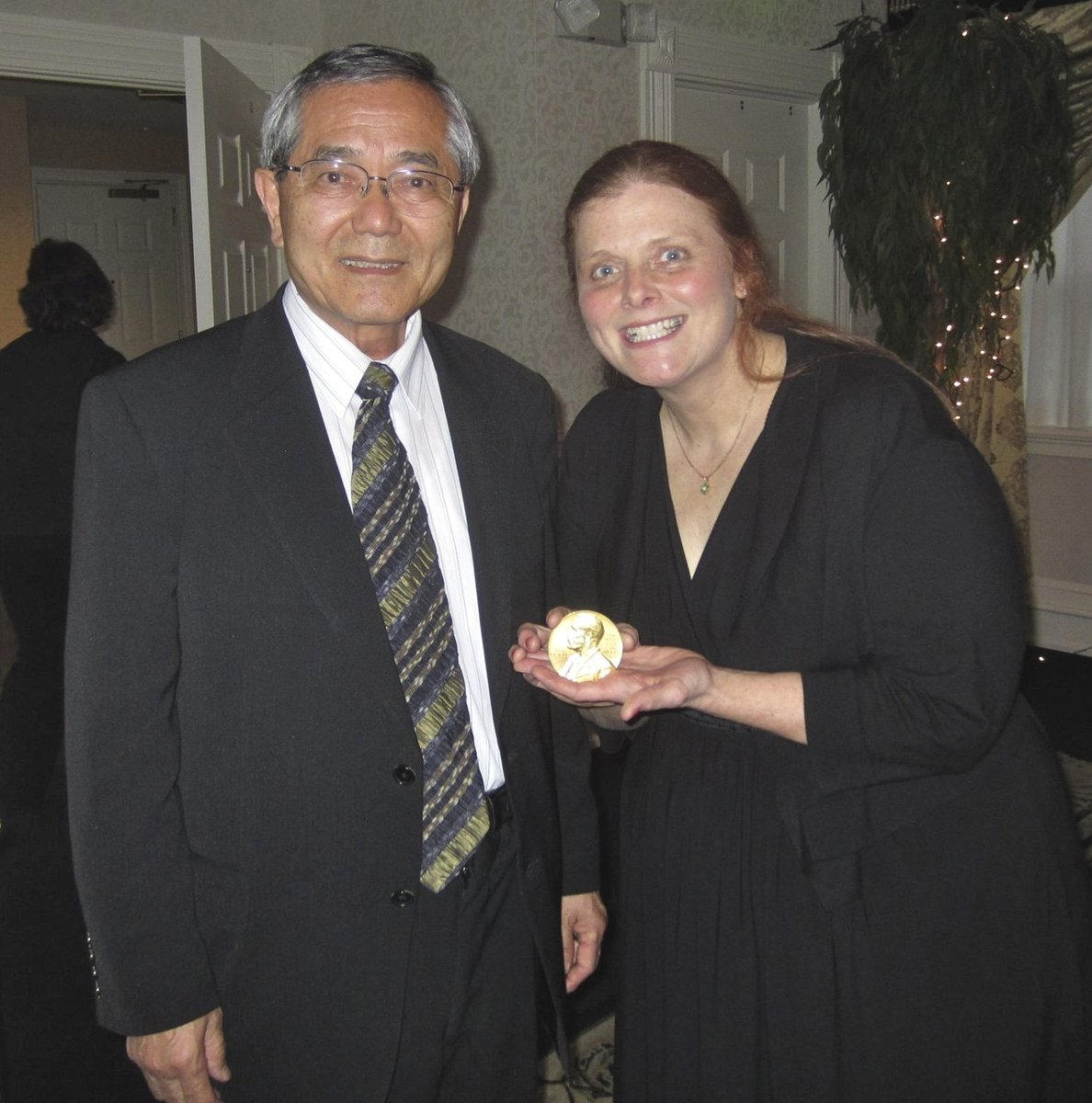 """test Twitter Media - Dr. Ei-ichi Negishi was a professor @SyracuseU when I was at SU. When he won @NobelPrize in 2010, I wrote to congratulate him """"When you are in Syracuse, let's have dinner."""" It happened.  I gave him a #IYC2011 pin so he let me hold his Nobel Prize Medallion.#PurdueUniversity https://t.co/rO6Va1voFl"""