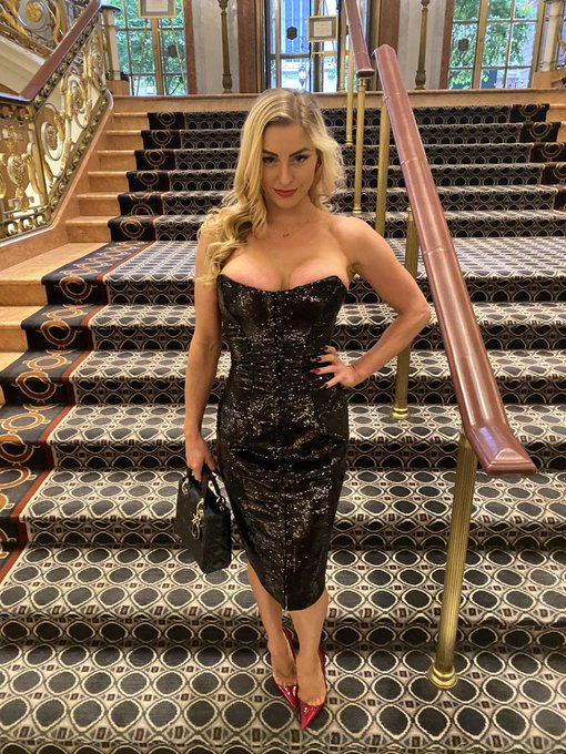 1 pic. What do you think of the dress I wore last night? https://t.co/7BzY9emNd5