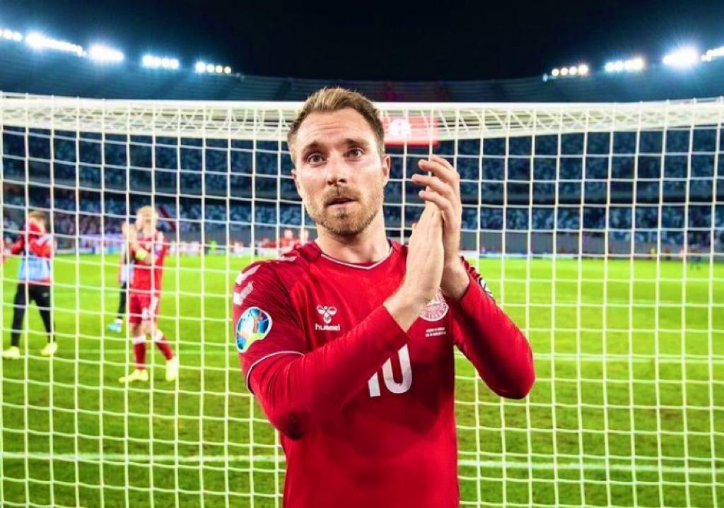 A Nação Porto ergue-se para te aplaudir. Força, Eriksen 💙 Força, Dinamarca e Finlândia 💪  #FCPorto #EURO2020 #DEN #FIN https://t.co/2NCqWktrpK