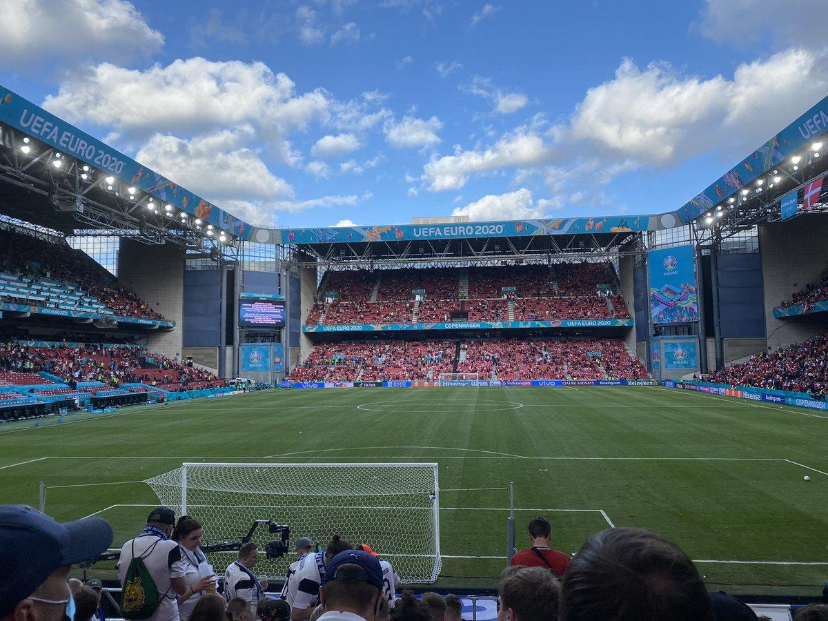 """Puuh. Aikamoista. Mutta hieno hetki kun 2700 suomalaista huutaa """"Christian"""" ja 12 000 tanskalaista vastaa """"Eriksen"""".  Elämä on jalkapalloa suurempaa. https://t.co/RDsuFWrDNI"""