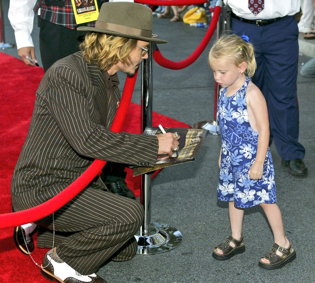 Johnny Depp meeting fans at the POTC 1 premiere, 2003 https://t.co/HfXdgBPvZW