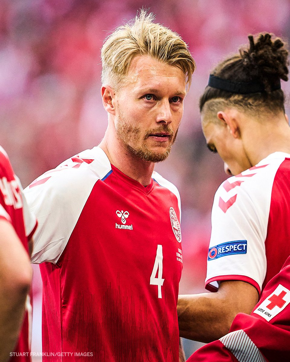 Simon Kjær was one of the first players to respond to Eriksen after he collapsed.  He then comforted his partner moments after.  🙏🙏🙏 https://t.co/zwB6ynDPiX