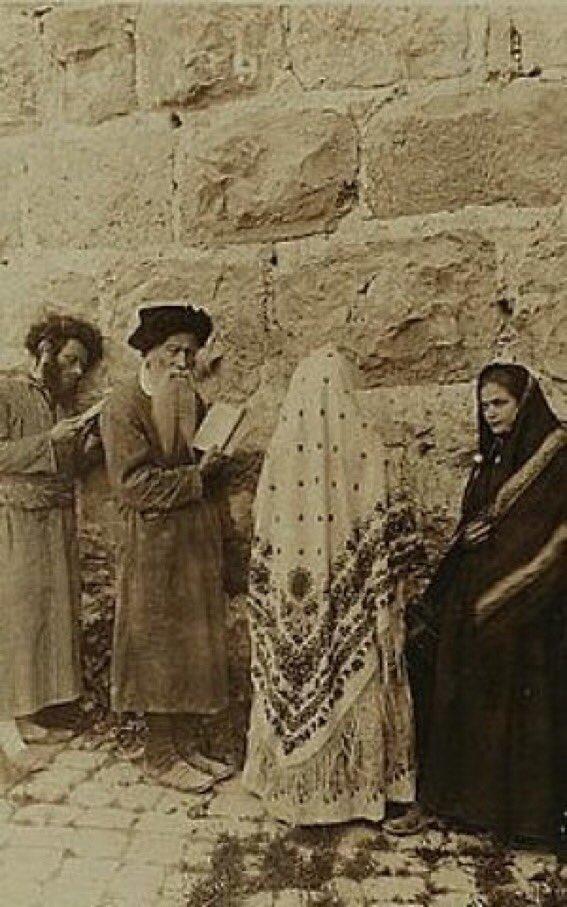 Judíos en el Muro de los Lamentos (#Kotel), #Jerusalem 1908. Dos cosas me llaman la atención:  1. Integrado. Hombres y mujeres rezando juntos. 2. La pobreza de las vestimentas de los hombres  #Israel https://t.co/foAMLFaRw3