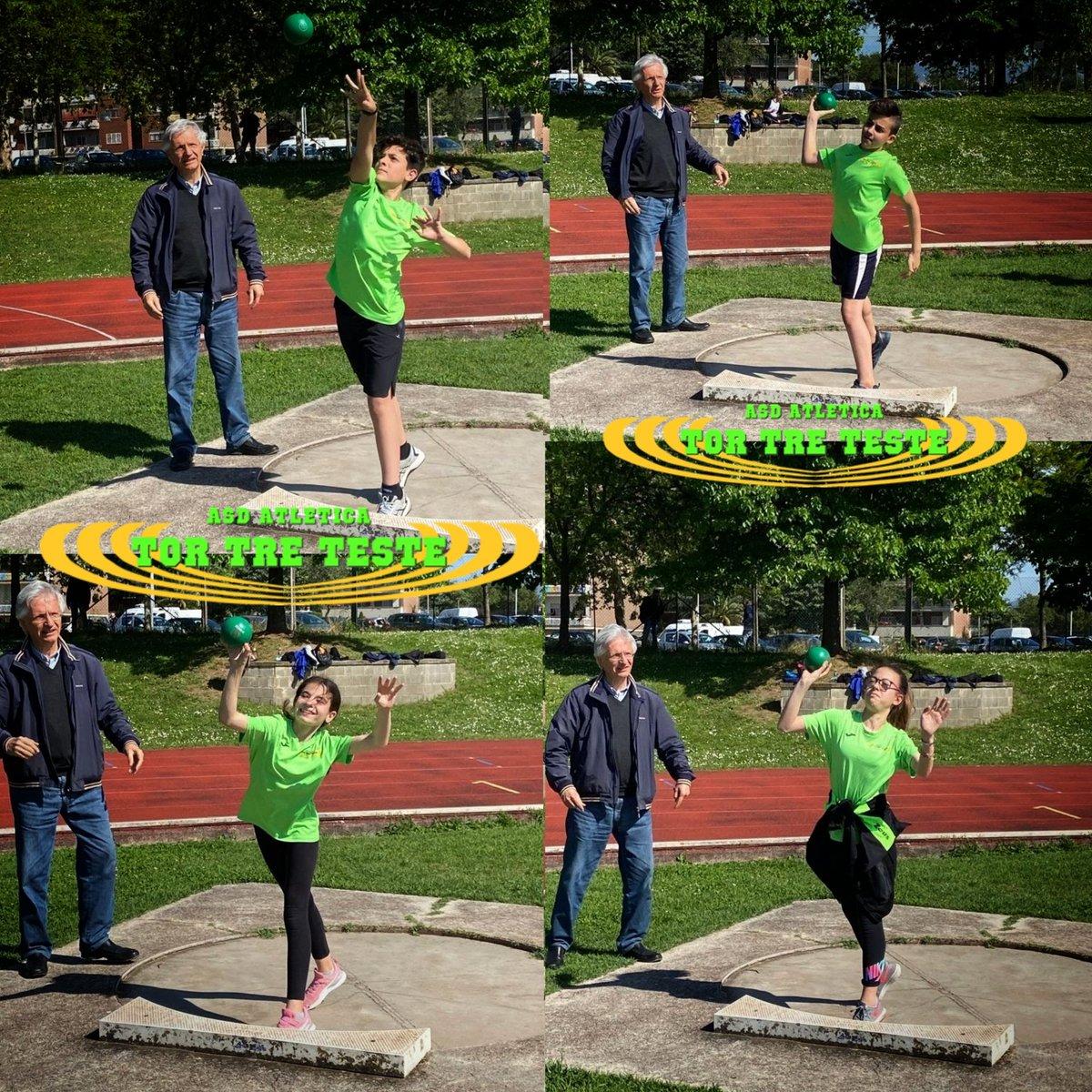I nostri #atleti si preparano per i prossimi eventi anche nel #gettodelpeso seguiti dall'occhio sempre #attento di Elio Olevano. La #preparazione è importante per farsi trovare #pronti.  #lazio #roma #fidalroma #fidallazio #peso #throw #forza #slancio #coordinazione #atletica https://t.co/a1bfRGUyND