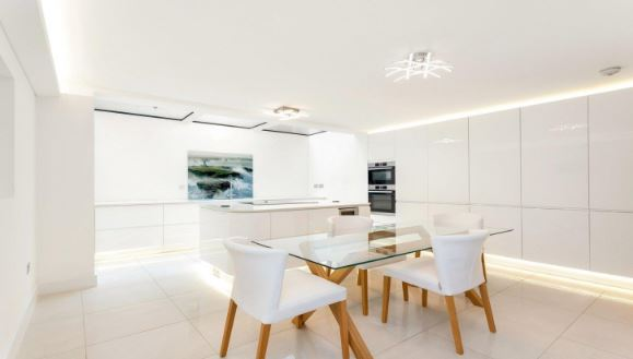 A bright and spacious 5 bedroom, 5 bathroom #Townhouse which enjoys views of Primrose Hill, comes with underfloor heating, a patio and terrace, a garden and off street parking - £3.35 Million. To arrange a viewing please call +44 20 7722 3322: #UKProperty https://t.co/5uQHOSpS2m https://t.co/SfyFBMMnyI