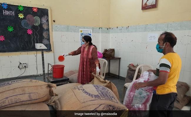 Over 4.5 Lakh Without Ration Cards Received Food Grains: Delhi Government https://t.co/CRHvwNxp4M https://t.co/sJsC1d83IE