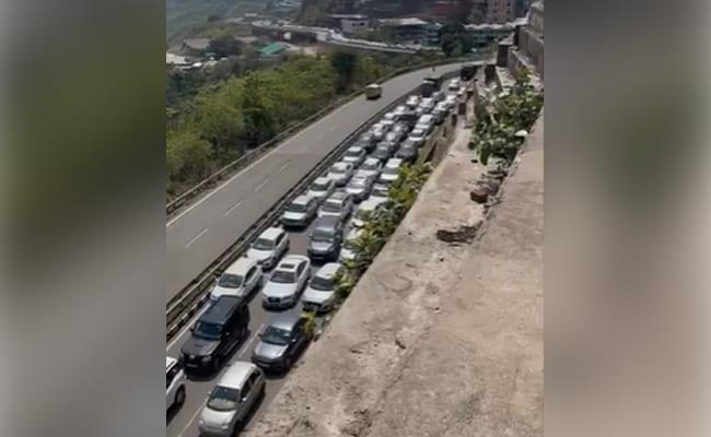 Video: Massive Traffic Jam As Hundreds Of Cars Line Up To Enter Himachal https://t.co/G6HMGW1DDf https://t.co/lDpwP41TjE