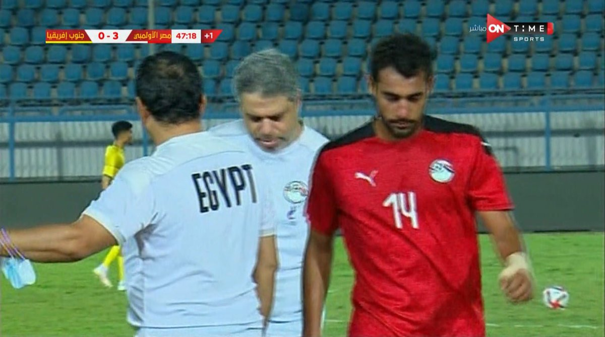 غادر أحمد ياسر ريان اللقاء بعد كرة مشتركة مع لاعب جنوب إفريقيا وشارك بدلًا منه فادي فريد ️