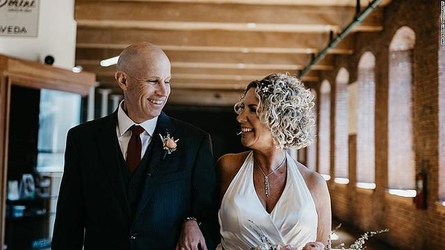 結婚の事実を忘れたアルツハイマー病の男性が?再び妻に恋をする!