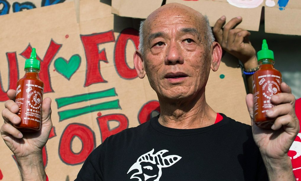 Huy Fong's Sriracha hit revenue of $150m+ a year...with no sales team, no trademark and $0 in ad spend.   Its creator is Vietnamese-American David Tran, making the sauce's success a tale of immigrant hustle and a product that literally sells itself.   Here's the story🧵