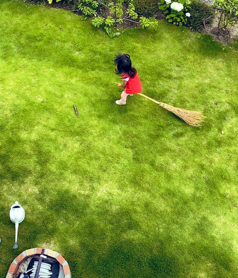 夕方庭で遊ぶ娘を2階からこっそり見ていたら、「箒で飛ぼうと試みてた」可愛かった。