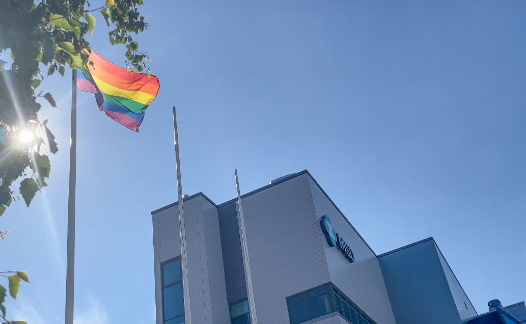 Hyvää Pride-viikkoa! Yhdenvertaisuus on meille tärkeää, siksi tänäkin vuonna Keilaniemen toimistomme salossa liehuu Pride-lippu koko viikon.  #Pride #Prideviikko #HelsinkiPride #yhdenvertaisuus https://t.co/6OnCFra3ou