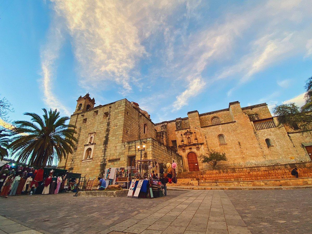 📸🌤| Miércoles mitad de semana, te dejamos esta hermosa postal del Templo lo de Santo Domingo.   #OaxacaLoTieneTodo #SuspiroPorVerte #AlebrijesEsOaxaca💚🖤🧡 #Alebrijes🦗 https://t.co/5EKbJEXAyP