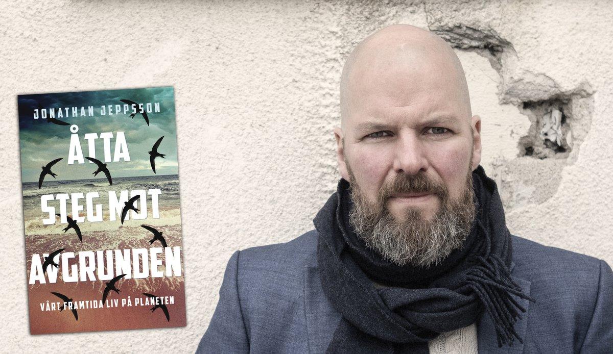 """Stort grattis till Natur & Kulturs debattbokspris @ABJeppsson ! """"Åtta steg mot avgrunden – vårt framtida liv på planeten"""" är en dystopisk klimatrapport som enligt juryn lämnar en paradoxal känsla av befrielse.   https://t.co/T2S80ZYgqI https://t.co/e8ZYaGgfBG"""